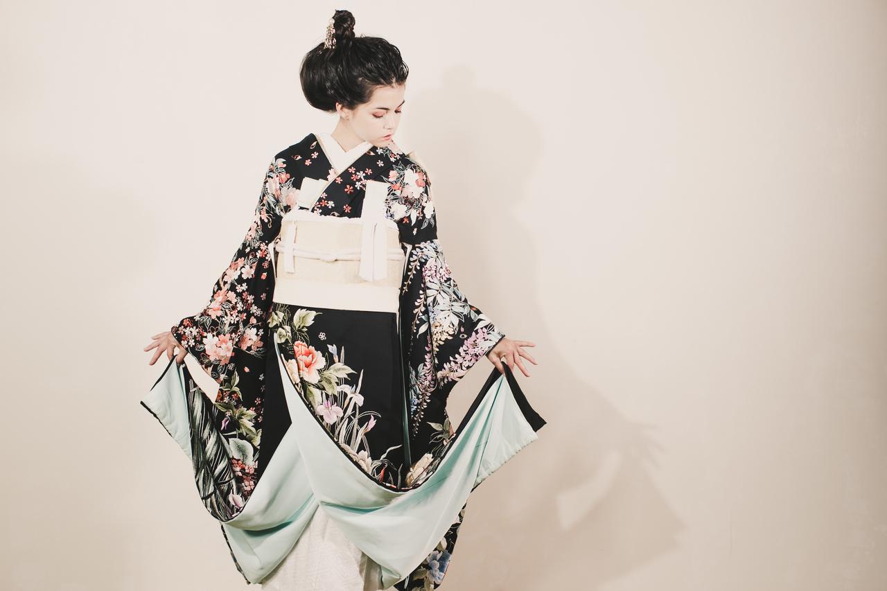 黒地手刺繍四季花の舞