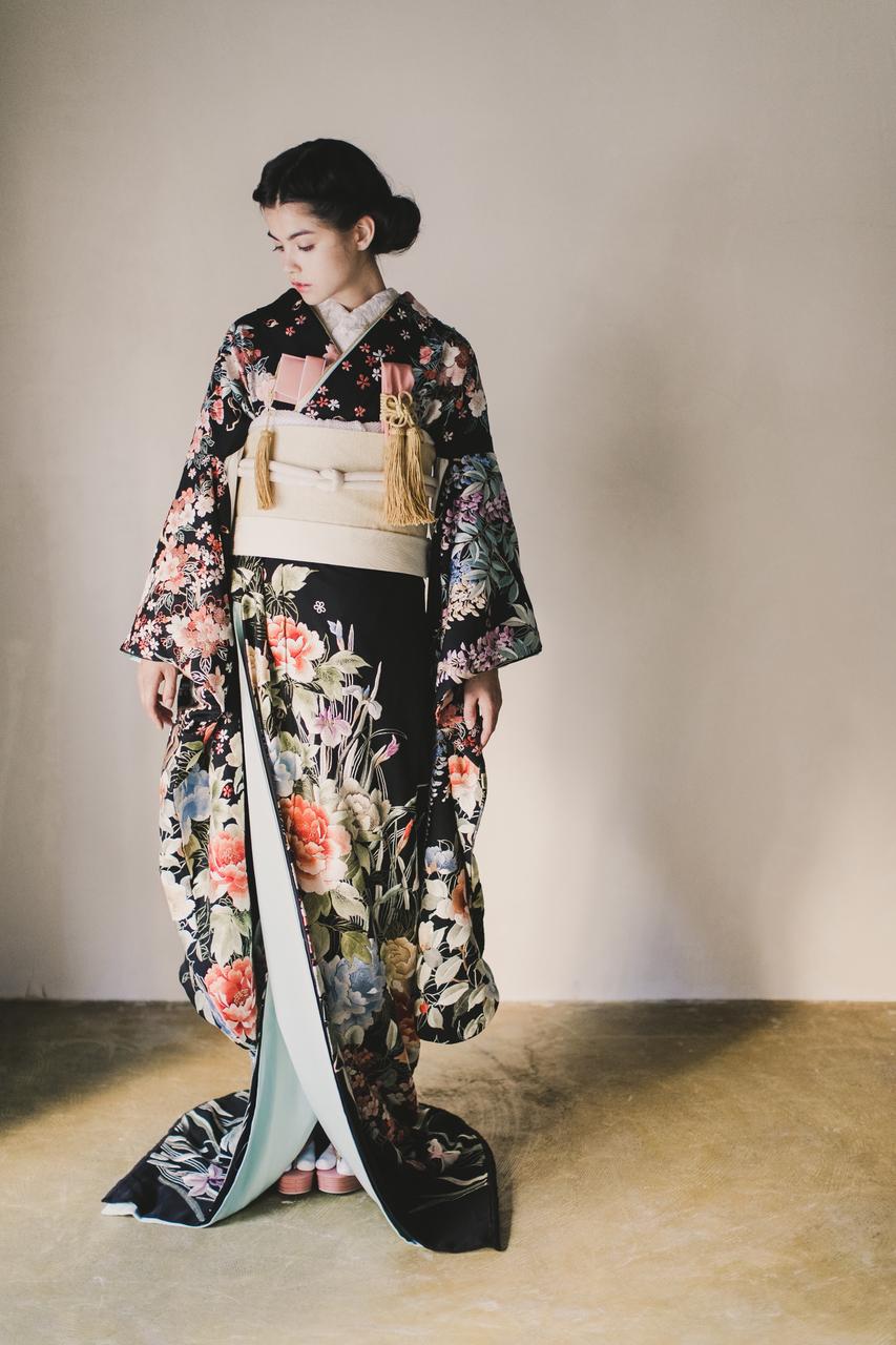 黒地手刺繍四季花の舞1