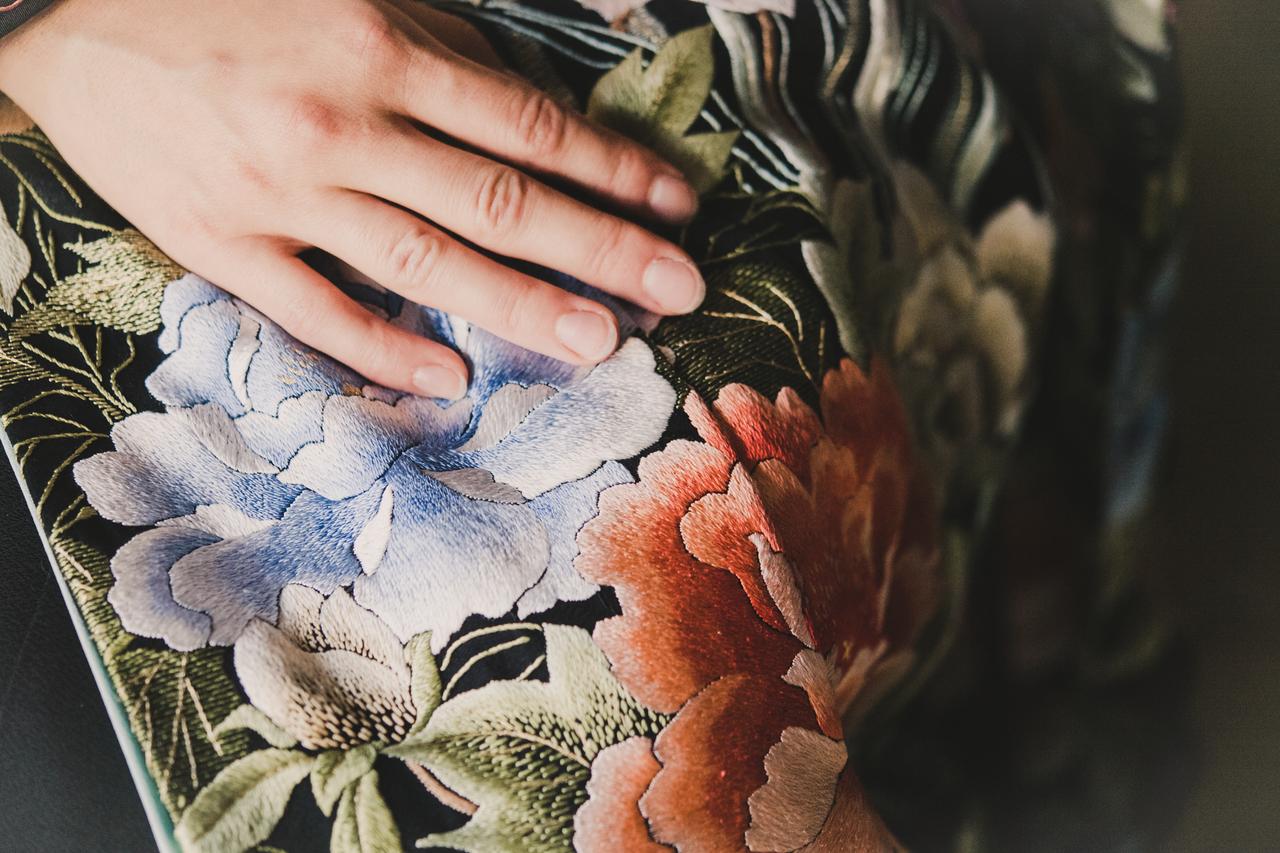 黒地手刺繍四季花の舞2